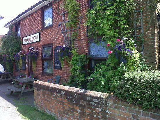 The Poachers Pocket: Entrance and Beer Garden to right