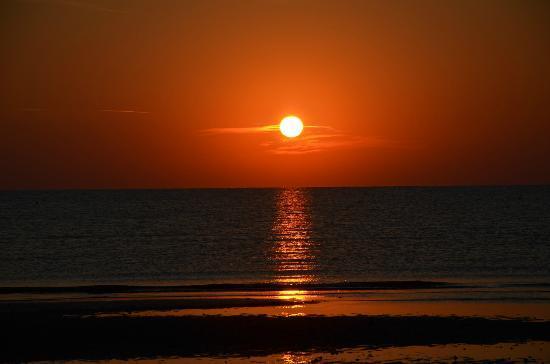 Sorgere del sole picture of hotel caribia pinarella - Bagno i figli del sole cervia ...
