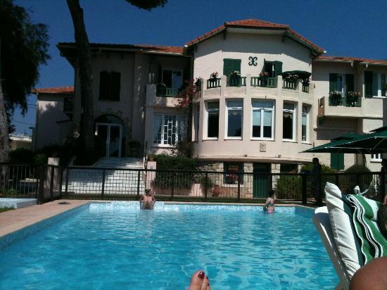 La Garoupe Gardiole : Main building and pool