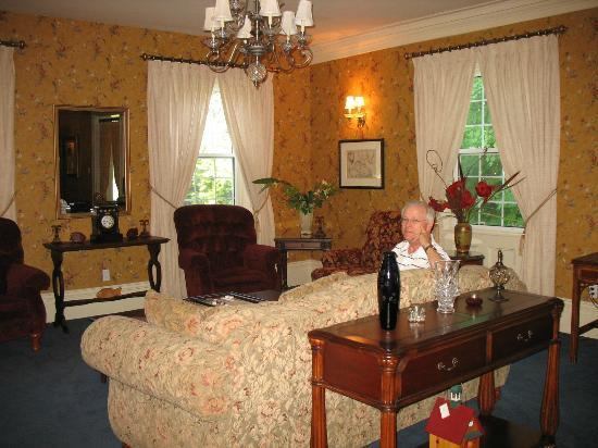 DesBarres Manor Inn: Downstairs Parlor