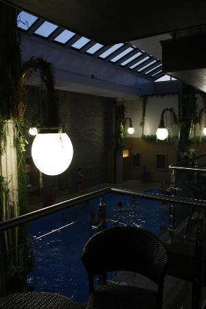 Hotel Universel: vue depuis la chambre sur la piscine couverte