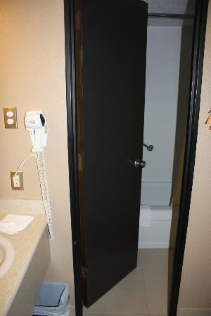 Hotel Universel: baignoire derrière la porte avec les toilettes