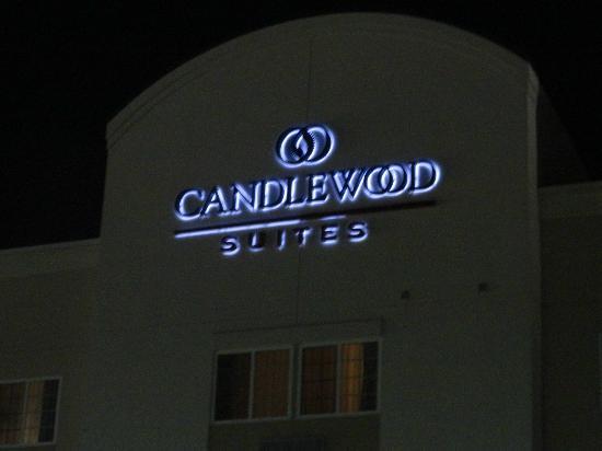 Studio 6 Shreveport: The hotel at night