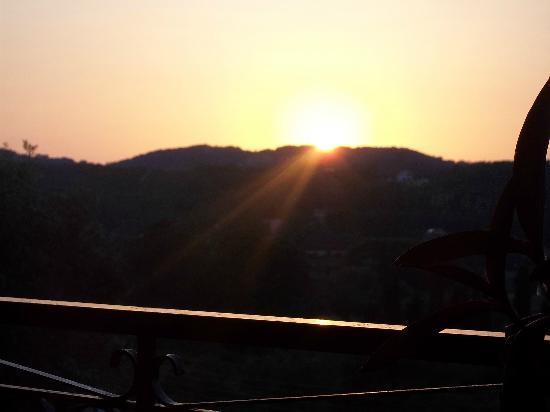 Theo's Hotel: Sunset dinning.