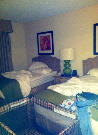 Embassy Suites by Hilton Anaheim North: Bedroom with 2 queens and playpen