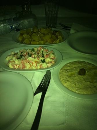 "Mouragio: finta ""crab salad"" (di surimi), taramosalada, patate lesse e poi fritte (buone!)"