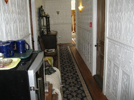 Pleasant Beach Hotel: Hallway with coffee cart and deco sofa and cabinet.