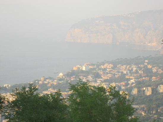 Grand Hotel Hermitage & Villa Romita: Sorrento in the valley, view from hotel pool area