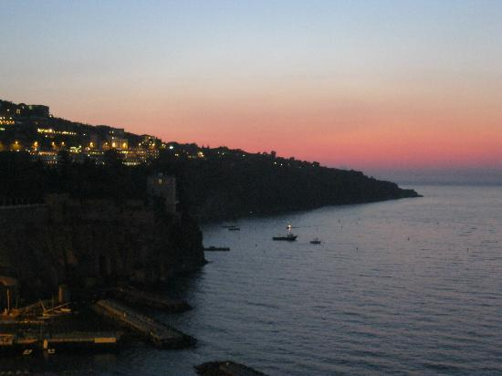Grand Hotel Hermitage & Villa Romita: Sorrento harbour sunset, taken from clifftop promenade near lift.