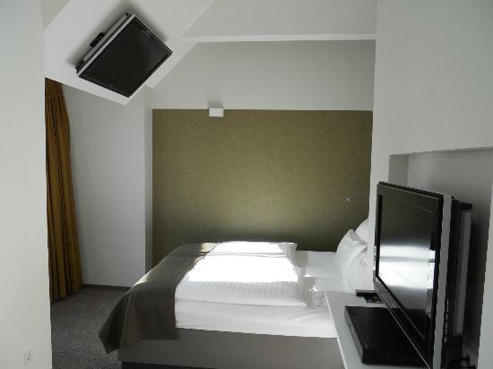 Aspria Berlin Ku'damm: Another TV tilted above the bed