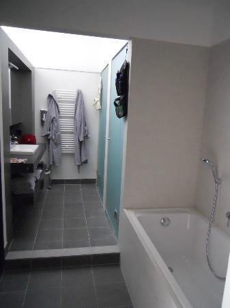 Aspria Berlin Ku'damm: Bathroom with two sinks and separate shower and toilet