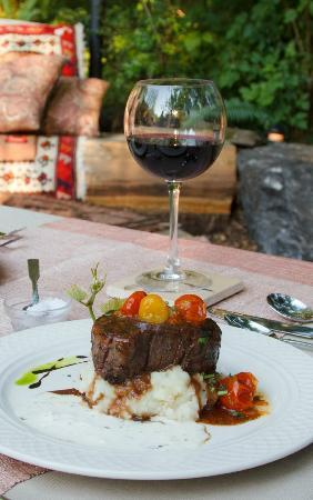Duck Soup Inn: Grilled filet mignon with zinfandel demi-glace, roasted garlic and cherry tomato confit