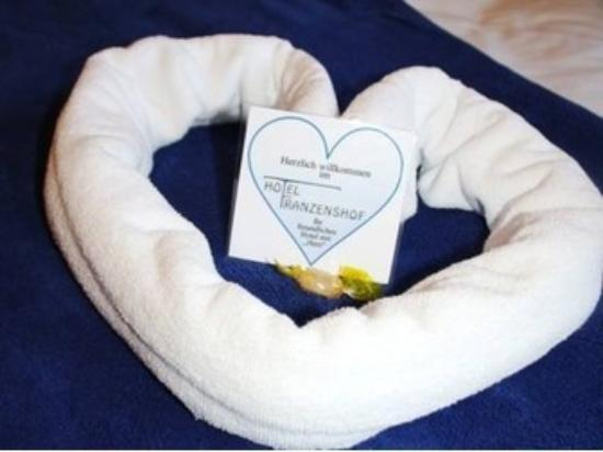Hotel Franzenshof: Cuscini a forma di cuore sul letto