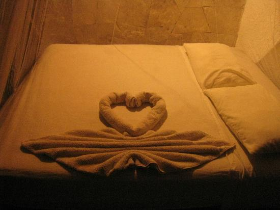 L'Hotelito: Nice towel arrangement on the bed