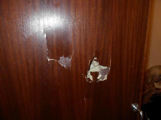 The Clarence Hotel Nottingham: Holes in door!