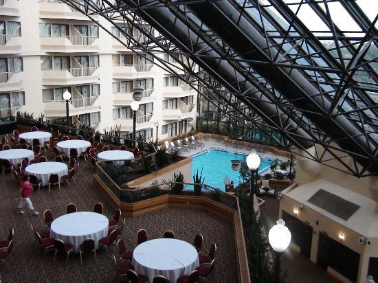 DoubleTree by Hilton Hotel Newark Airport: View from our room to the banquet area and pool - on the interior balcony