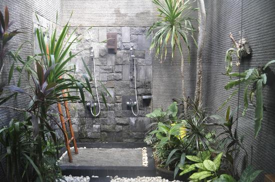 Rumah Santai Villas: Outdoor Shower