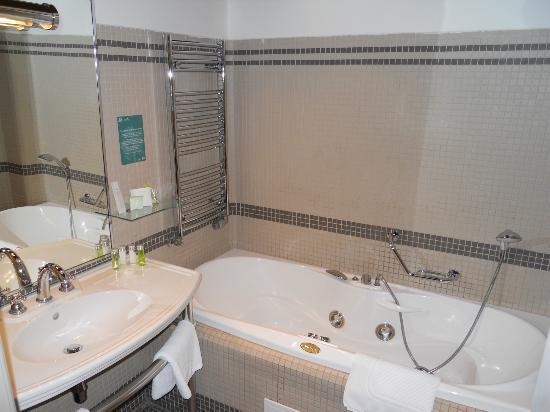 Iron Gate Hotel & Suites: Bathroom with a jacuzzi not working