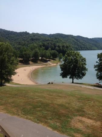Buckhorn Lake State Resort: beach & lake view from lobby balcony
