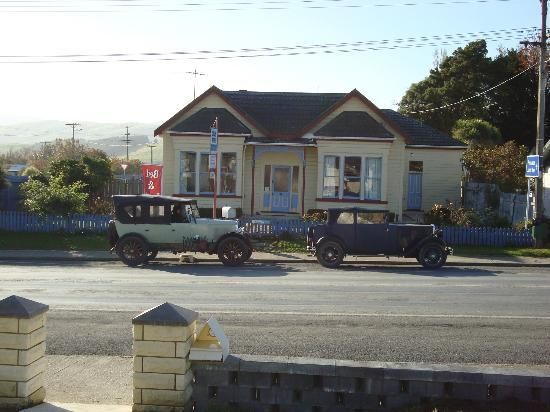 Catlins Retreat Guest House: old cars that came to stay (with owners)