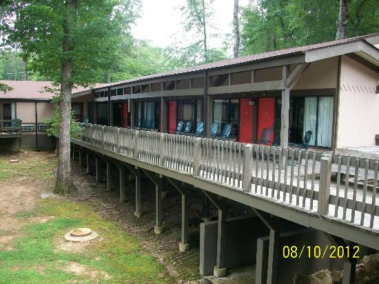 Fort Payne, AL: Backside of rooms facing the creek