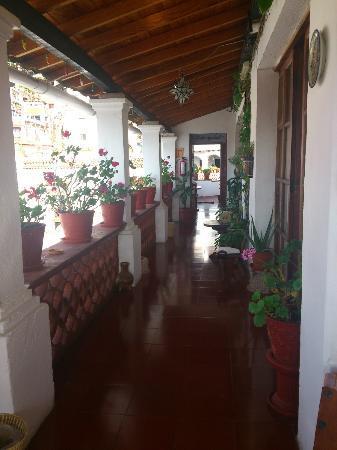 Hotel Mi Casita: Vista del pasillo fuera de la habitación, un lugar hermoso para relajarte