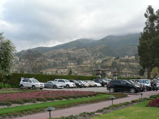 PuertoLago Country Inn: Este es el parqueo, y una vista de los pueblos de la montaña.