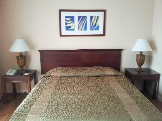 Court Meridian Hotel: Kingsized bed