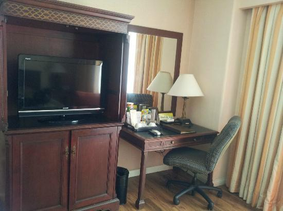 Court Meridian Hotel: TV and working area