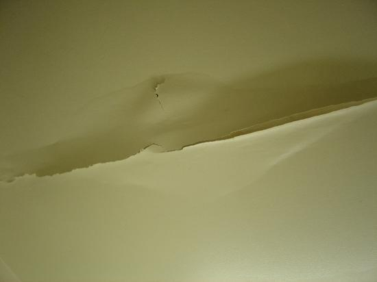 Extended Stay America - Memphis - Sycamore View: Cracked ceiling