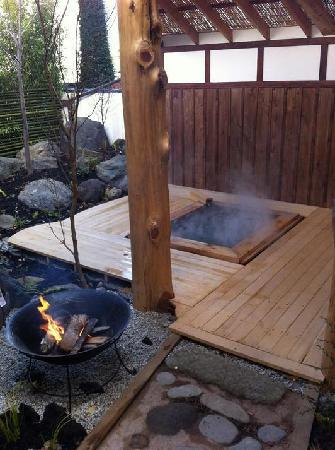 """亀清 旅館, The private outdoor family bath """"Shinano-buro"""" in the winter."""