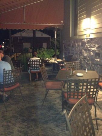 Fenicci's Restaurant: outside eating area
