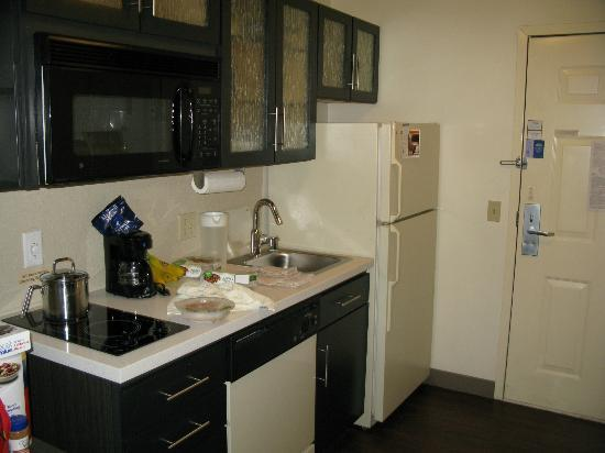 Candlewood Suites Phoenix: kitchenette area