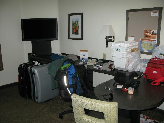 Candlewood Suites Phoenix: dining/tv area, adjacent to kitchenette