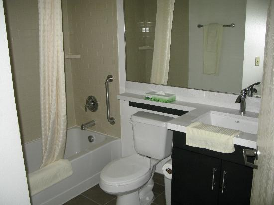 Candlewood Suites Phoenix: bathroom