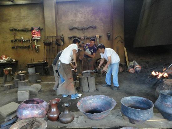 Casa Candiles Inn: Men working with copper at Santa Clara de Cobre