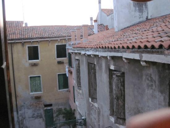 casa chiumento: Vista de janela do quarto triplo