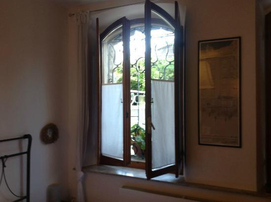 Dimora Montegnacco B&B: Looking out onto garden area
