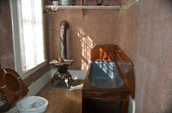 Mackay Mansion: Bathroom
