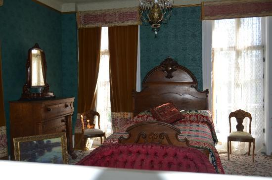 Mackay Mansion: Main Bedroom