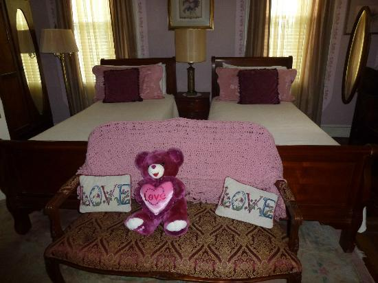 Amethyst Garden: Cute twin bed room.