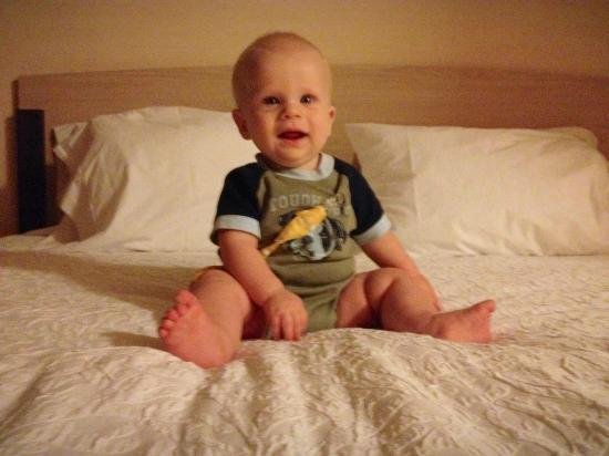 Hampton Inn Chicago-Midway Airport : Baby B loves this bed.