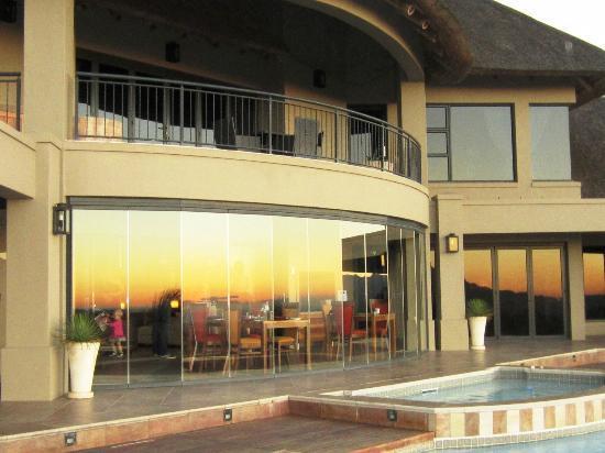 Bezweni Lodge: Hotel at sunset
