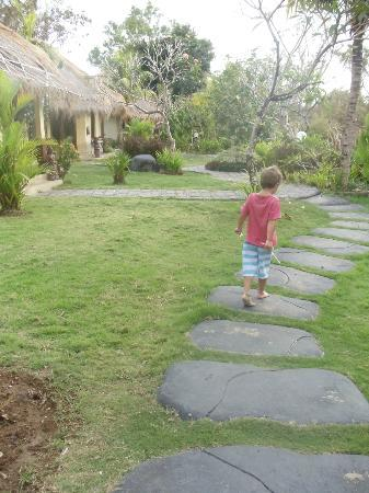 Lullaby Bungalows: Walking from reception area to bungalow