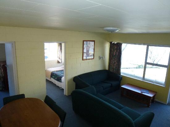 Lakeside Motel - Room into Lounge
