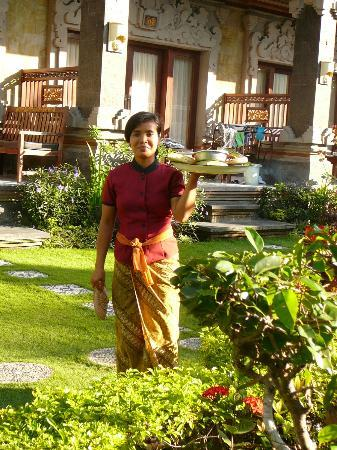 Segara Agung Hotel: Putting out offering in the morning