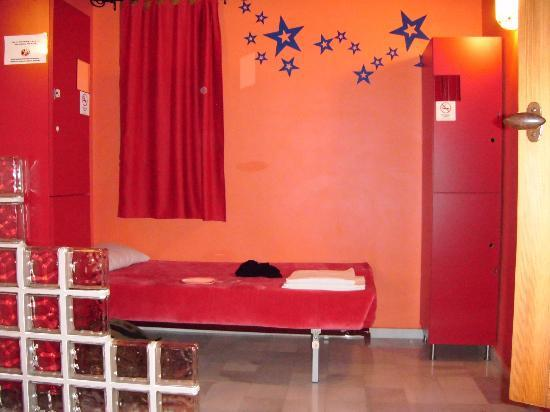 White Nest Hostel Granada: The bed on the other side of the room