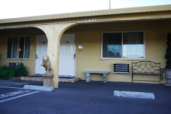 Chardonnay Lodge: Outside guestroom
