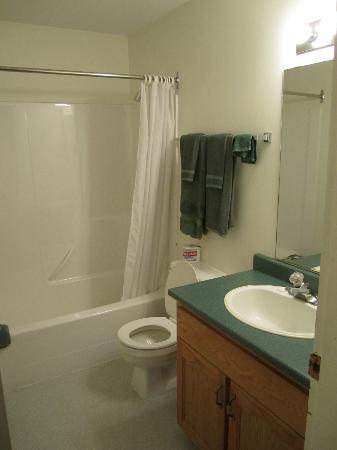 Prince Motel: Large clean bathroom