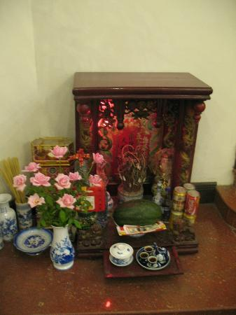 Hoa Binh Hotel: Little shrine in the lobby (reception)